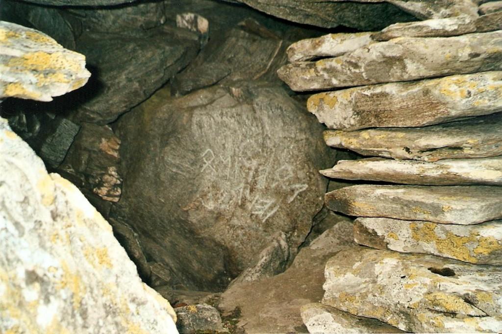 Figure 3, Liddes, Mur (dit) d'Hannibal, août 2005, Anne-Françoise Quartier-la-Tente est l'inventrice d'une étrange inscription lapidaire (Photo Vincent Quartier-la-Tente, 2005).
