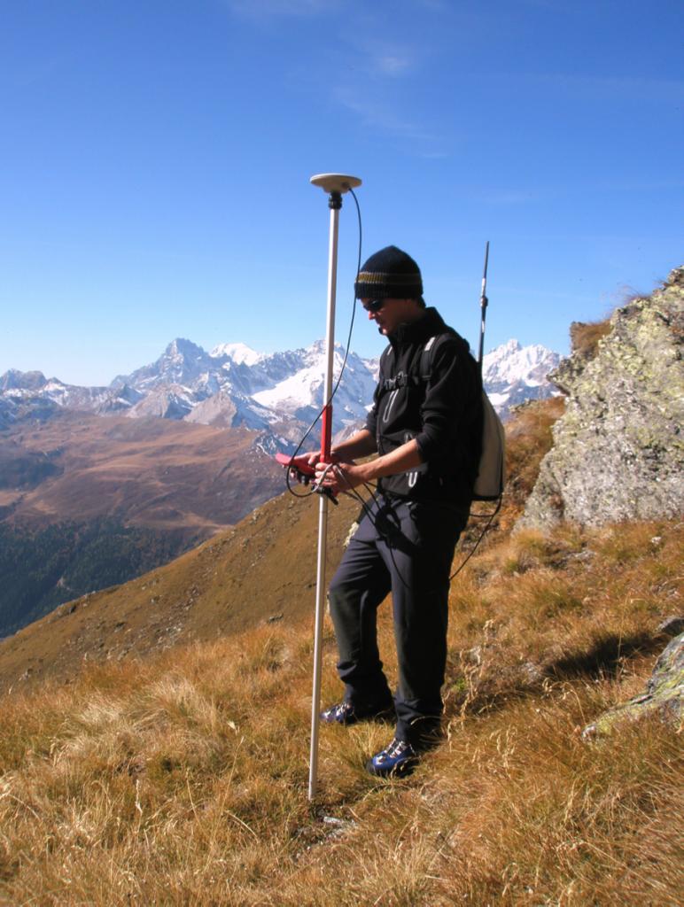 Figure 1, Liddes, Mur (dit) d'Hannibal, Florian Marcoux, géomaticien, effectue le relevé GPS du site, Andenmatten 2008.