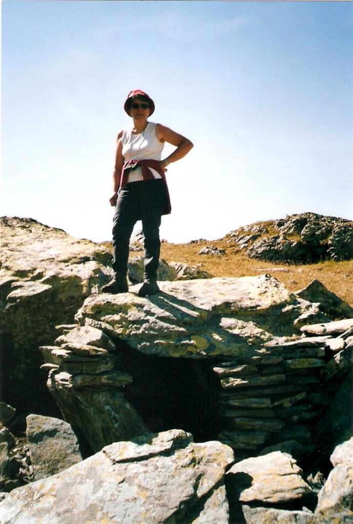 Figure 2, Liddes, Mur (dit) d'Hannibal, Anne-Françoise Quartier-la-Tente lors de la découverte de l'inscription à caractères lépontiques, Quartier-la-Tente 2005.
