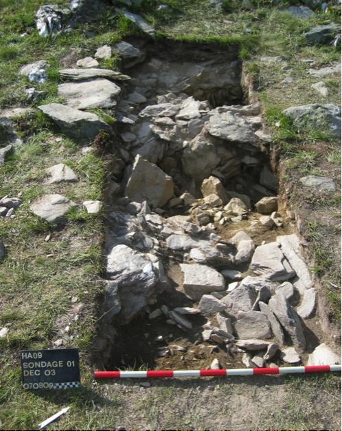 Figure 3, Liddes, Mur (dit) d'Hannibal, sondage SD001 sur le local L01, troisième décapage et apparition du mur aval du local, vue vers le nord, Andenmatten 2009