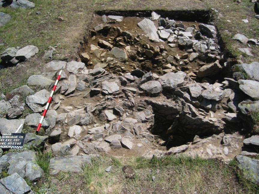 Figure 4, Liddes, Mur (dit) d'Hannibal, extension est du sondage SD001 sur le local L01, second décapage sur le niveau de sol intérieur et le mur aval du local, vue vers le sud-est, Andenmatten 2009.