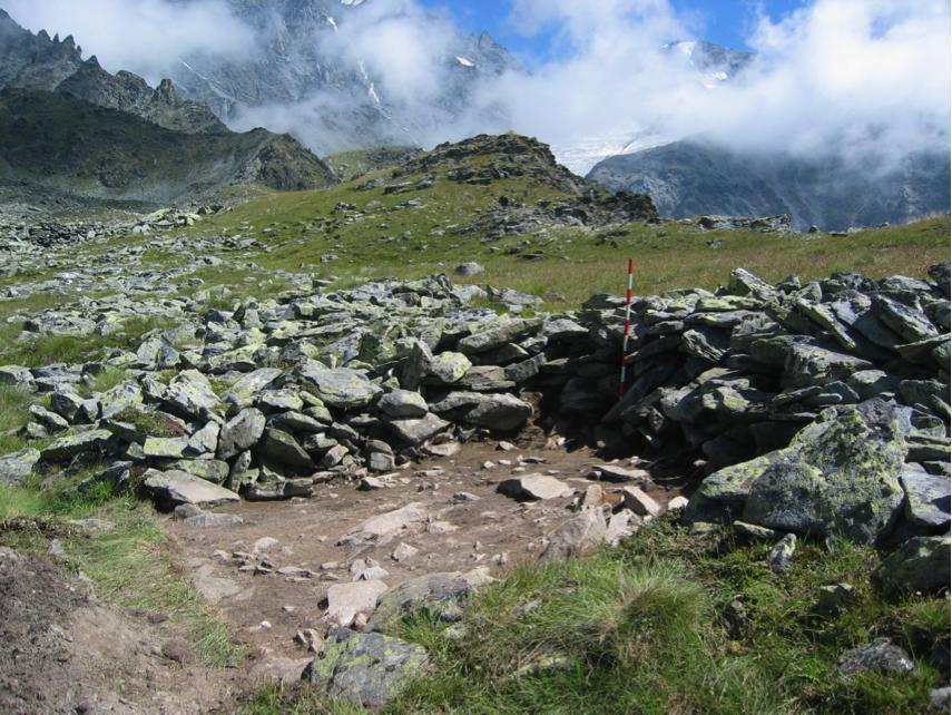 Figure 5, Liddes, Mur (dit) d'Hannibal, sondage SD002 sur le tronçon nord-ouest (M16) très arasé du mur d'enceinte, premier décapage, vue vers le sud-est, Andenmatten 2009