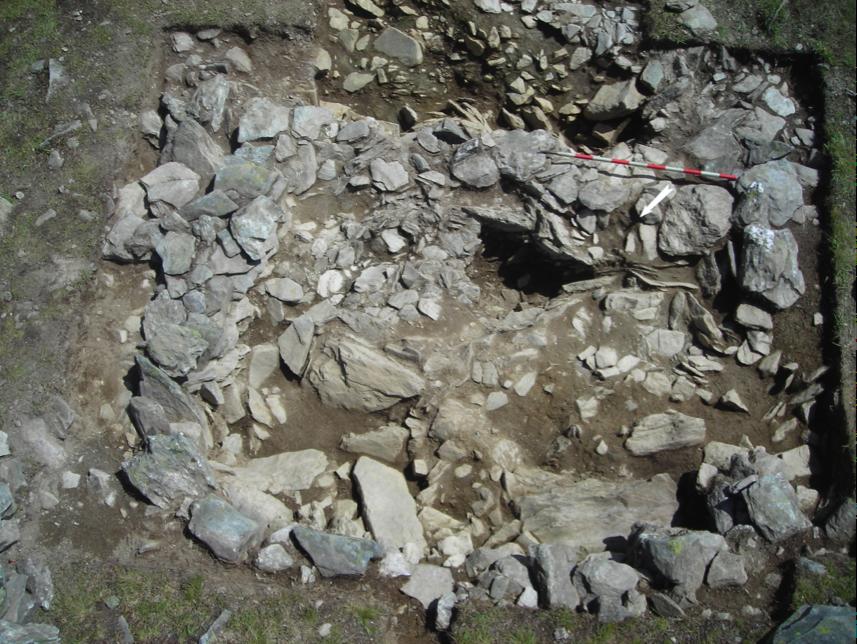 Figure 6, Liddes, Mur (dit) d'Hannibal, sondage SD001 avec les extensions 2010, fond de fouille sur l'ensemble du local L01, vue zénithale,  Andenmatten 2010