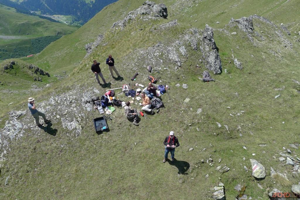 Figure 3 - Les archéologues supris par le drone durant une pause bien méritée
