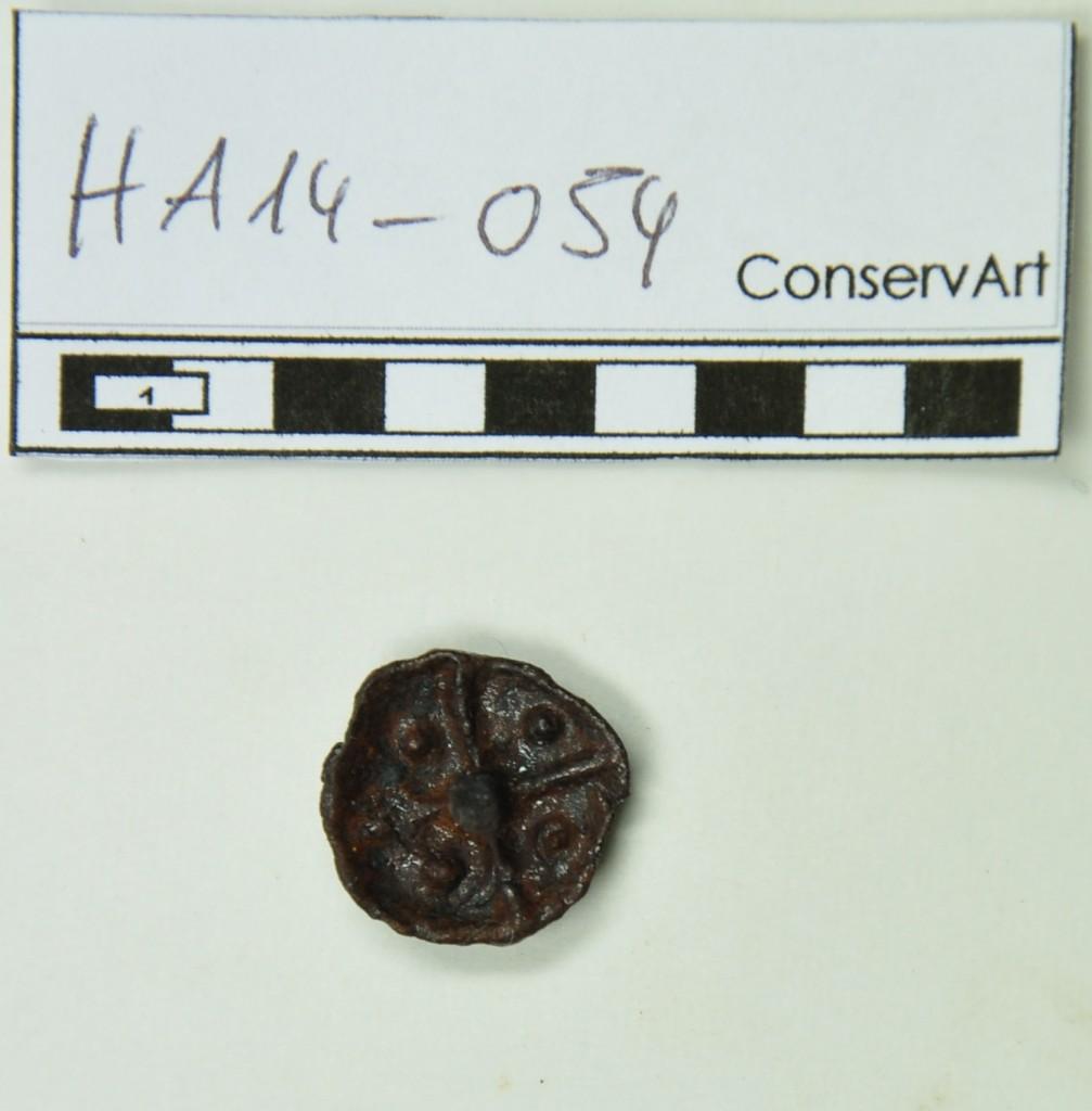 Figure 2 - Même clou (HA14-054) après restauration, les globules et la croix à 4 branches caractéristiques des clous tardo-républicains sont clairement visibles