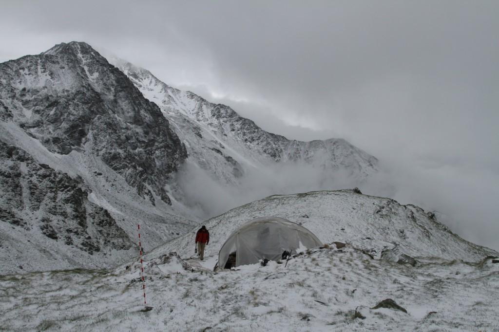 Mur (dit) d'Hannibal / la neige couvre le site mais la fouille du bâtiment 20 se poursuit sous la serre, le juillet 14 juillet 2016.