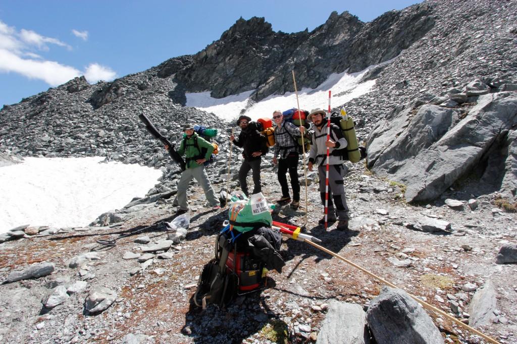 3000m d'altitude entre la Suisse et l'Italie / après avoir passé une semaine à documenter des vestiges d'époque romaine au dessus d'un glacier, l'équipe s'apprête à redescendre dans la vallée.