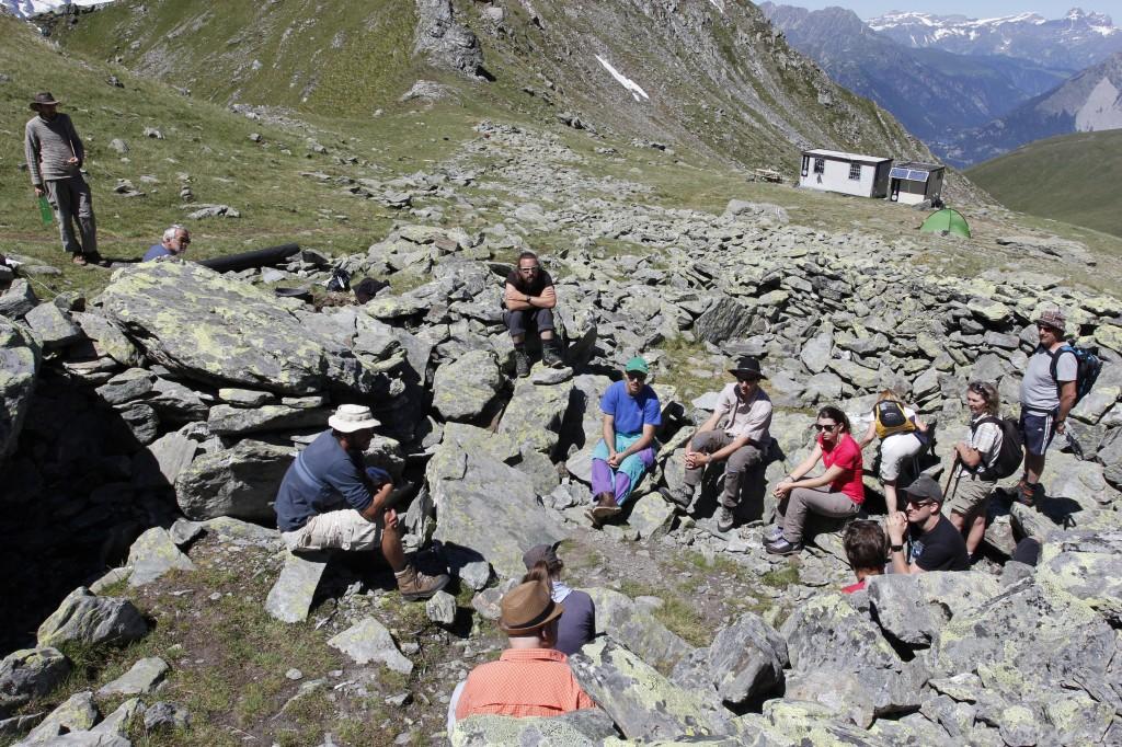 Visite guidée par des membres du groupe scientifique RAMHA à des étudiants de l'UNIL accompagnés par leur professeur et des visiteurs, Mur (dit) d'Hannibal, © RAMHA, juillet 2016.