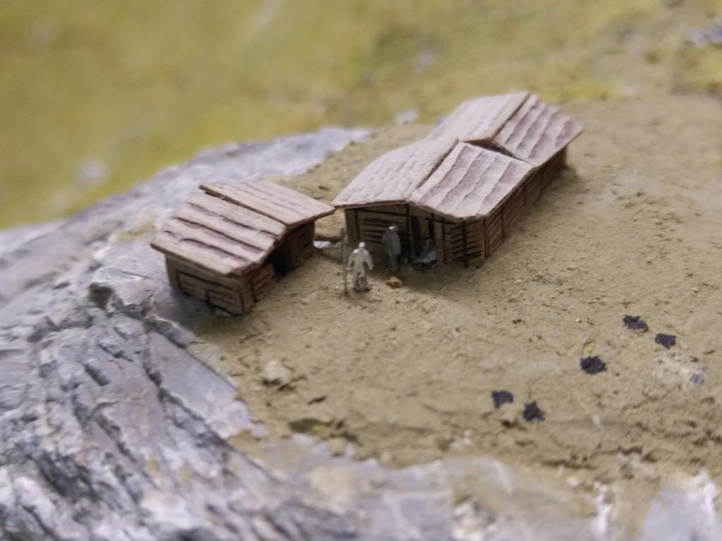 Fig. 8: Détails de la maquette avec le sentier et des cabanes. L'interprétation des vestiges devient un défi lorsqu'il s'agit de représenter concrètement le mode de vie des occupants d'alors. Que les structures des cabanes aient été construites en bois ne fait pas de doute, en revanche, le matériel qui les recouvrait restent sujet à discussion (bois, textile ou cuir).